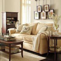 Удобный диван с обивкой кремового цвета