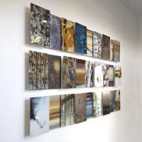 Снимки без рамок на светло-серой стене