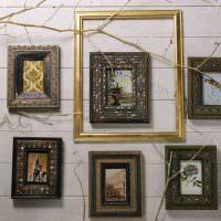 Фотографии в старинных рамках на стене зала
