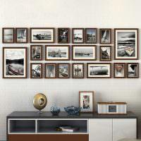Коллекция фотографий на стене гостиной