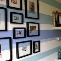 Черные рамки и фото на полосатой стене