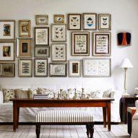 интерьер гостиной с диваном у стены