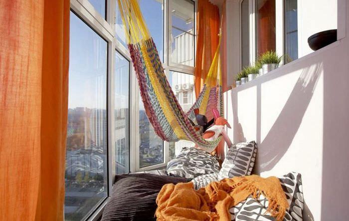 Гамак в интерьере балкона панельного дома
