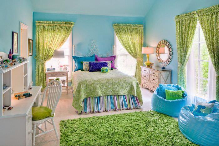 Зеленые шторы в детской комнате с голубыми стенами