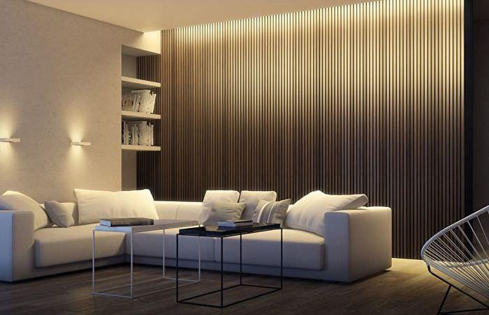 Стены с вертикальными линиями в гостиной с низким потолком