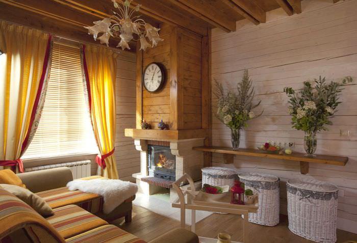 Часы на деревянной обшивке камина в частном доме
