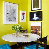 Обеденный столик в углу между желтыми стенами