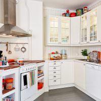 Белая кухня сложной конфигурации