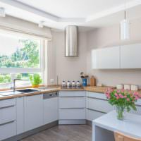 Дизайн кухни углового типа в светлых тонах