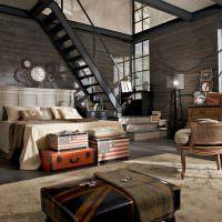 Интерьер гостиной с металлической лестницей