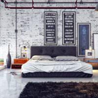 Старая обшарпанная стена в спальном помещении