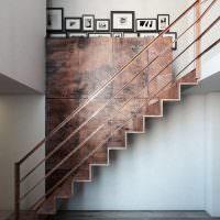Лестница из металла в холле частного дома