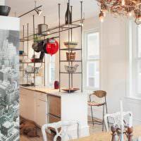 Люстра из веток на потолке кухни