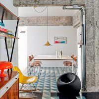 Серый бетон без отделки в интерьере жилой комнаты