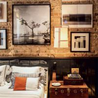 Фотографии в рамках на кирпичной стене