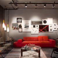 Красный диван в серой гостиной