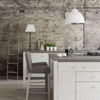 Интерьер кухни с кирпичными стенами