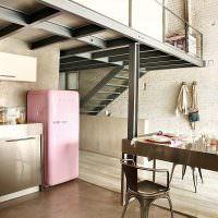 Розовый холодильник в ретро-стиле