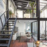 Открытые железные конструкции в интерьере жилого помещения