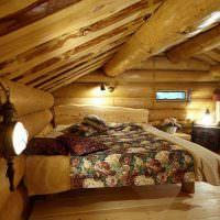 Интерьер спальни с низким потолком в срубовом доме
