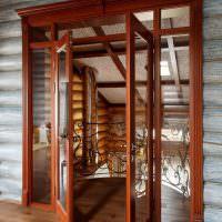 Деревянные двери со стеклом в бревенчатой стене