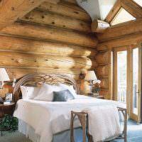 Белое постельное белье на кровати в спальне
