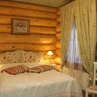 Полосатые подушки на кровати в спальне загородного дома