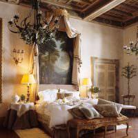 Картина над изголовьем кровати в спальне