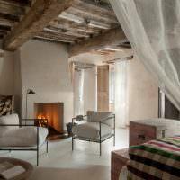 Потолок спальни с грубыми деревянными балками