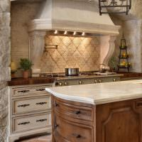 Природный камень в интерьере кухни