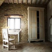 Винтажная мебель в комнате с каменными стенами