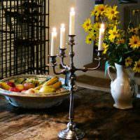 Кованный канделябр с горящими свечами