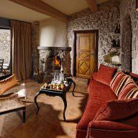 Бардовый диван в гостиной из камня