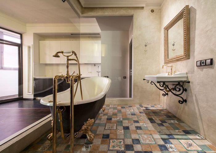 Просторная ванная с керамической мозаикой на полу