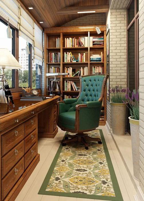 Классический кабинетный стол на балконе кирпичной многоэтажки