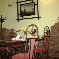 Кованные стулья у обеденного стола