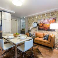 Интерьер светлой кухни с диваном
