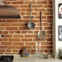 Старинные кухонные принадлежности на кирпичной стене