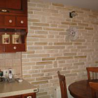Часы в виде тарелки на стене кухни