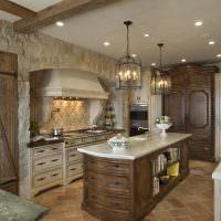 Деревянная мебель в интерьере кухни загородного дома