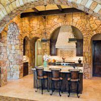 Каменные стены кухни загородного дома