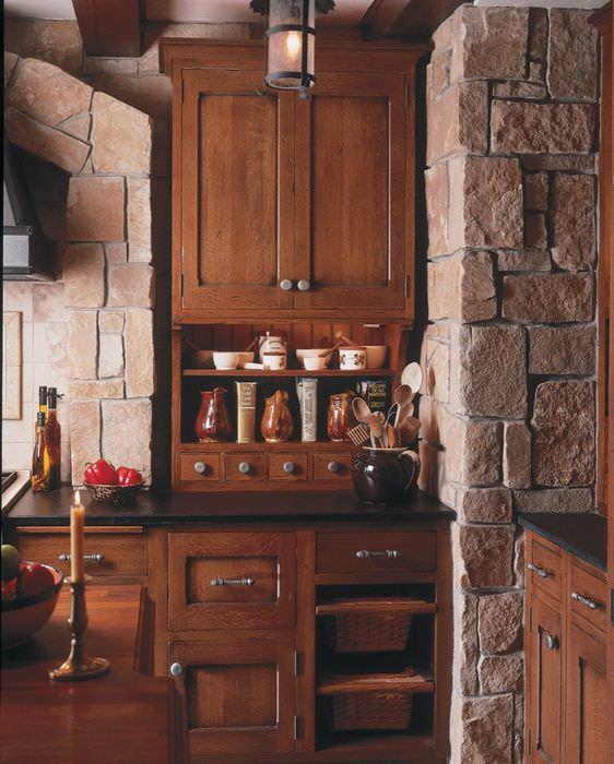Деревянный шкаф на кухне в испанском стиле