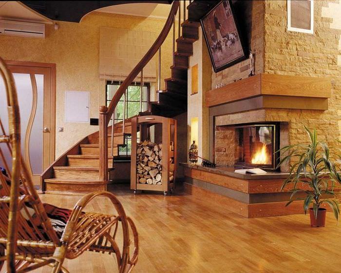 Интерьер гостиной с камином и лестницей в деревянном доме