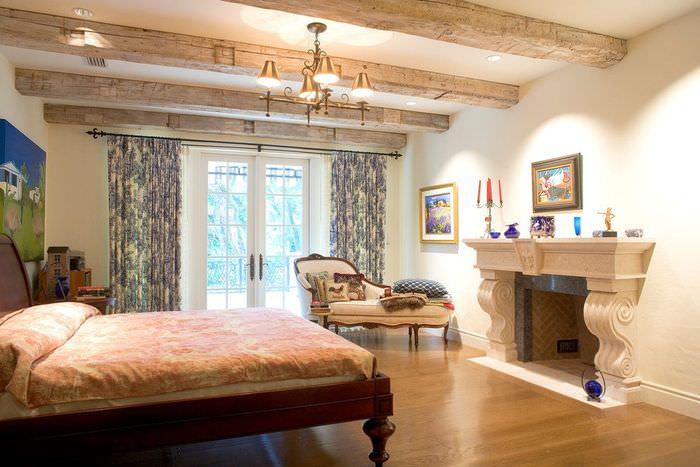 Интерьер спальни с камином в загородном доме