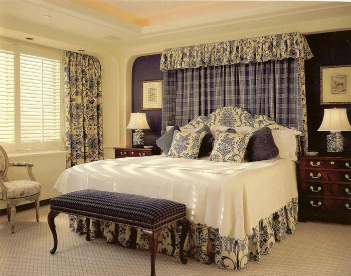 Двухспальная кровать в спальне стиля кантри