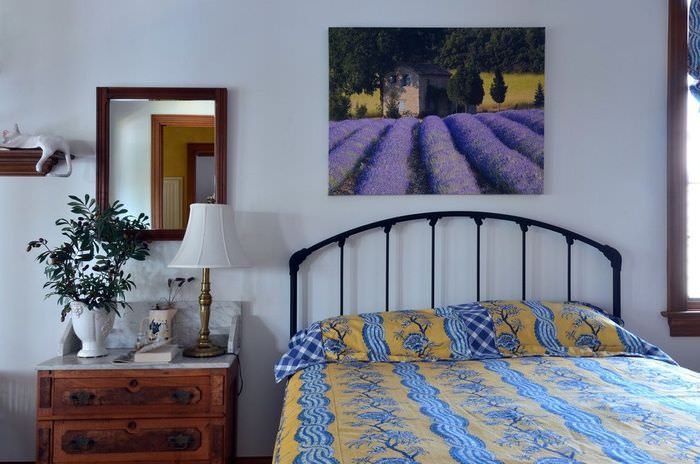 Украшение картиной стены в спальной комнате