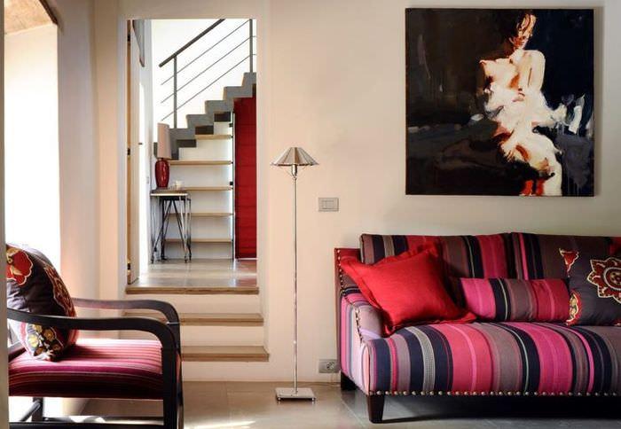 Полосатый диван в гостиной итальянского стиля