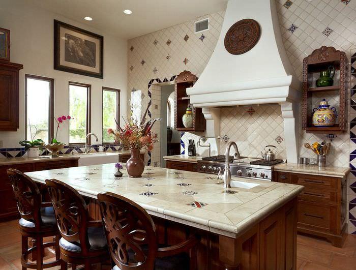 Интерьер просторной кухни в итальянском стиле