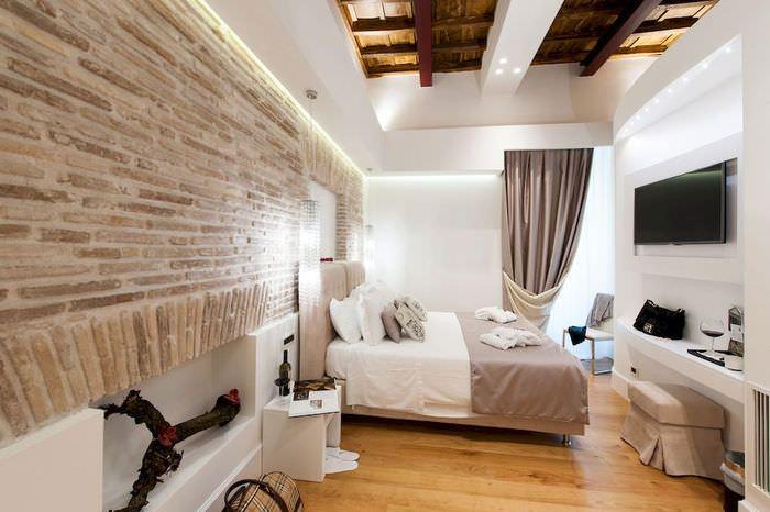 Декорирование стены спальни под старый кирпич