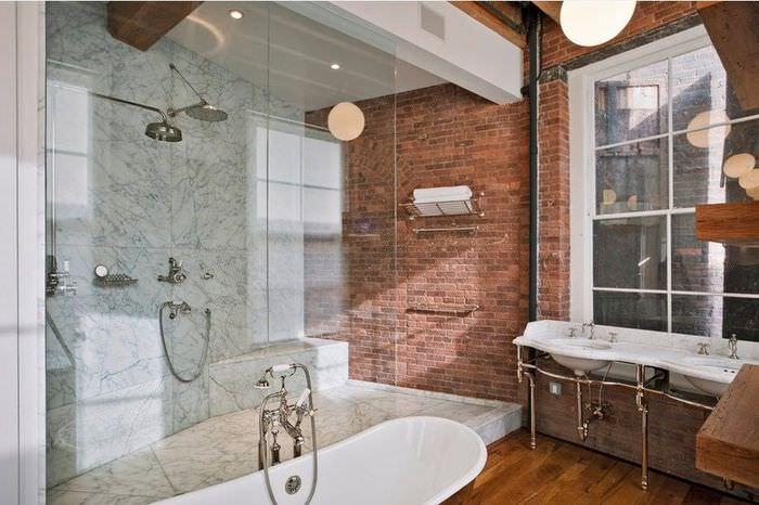 Просторная ванная комната в индустриальном стиле